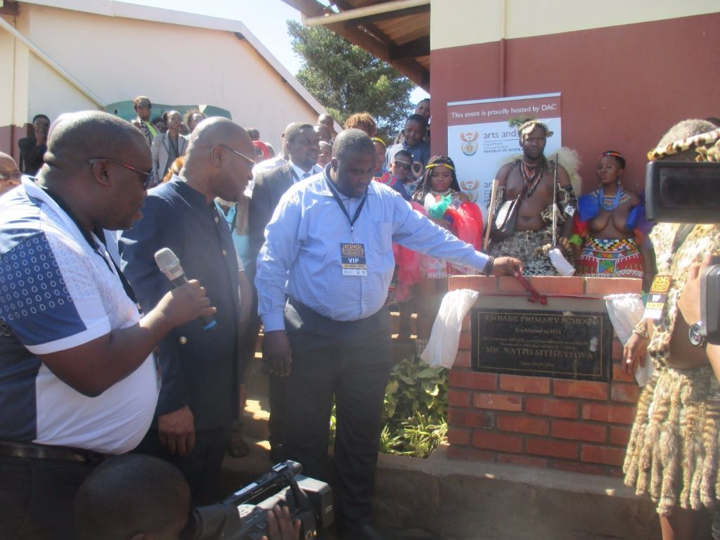 Mayor Cllr, SW Mgenge and the Minister of Arts and Culture, Nathi Mthethwa unveil the plaque at eMbabe Primary School.